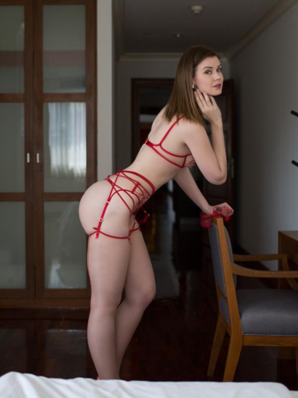 Photo 2 / 10 of Model Zoe
