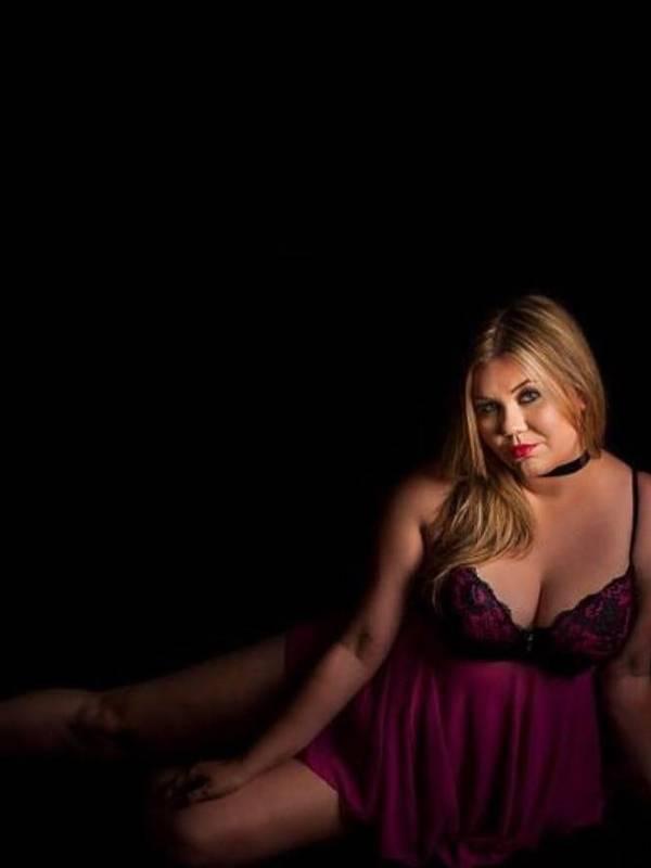 Photo 3 / 4 of Cruvy Aussie Blonde