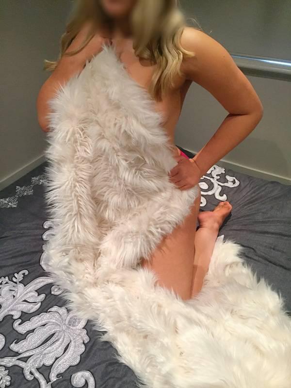 Photo 14 / 16 of Bonnie Lee - Curvy Blonde